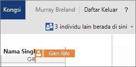 Word Online menunjukkan anda bahagian yang sedang dikendalikan oleh pengarang lain pada dokumen tersebut